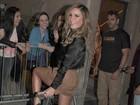 Cláudia Leitte faz alegria de fãs na porta de camarim em show no Rio