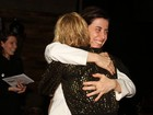 Andréa Beltrão ganha abraço de Fernanda Torres em estréia de peça