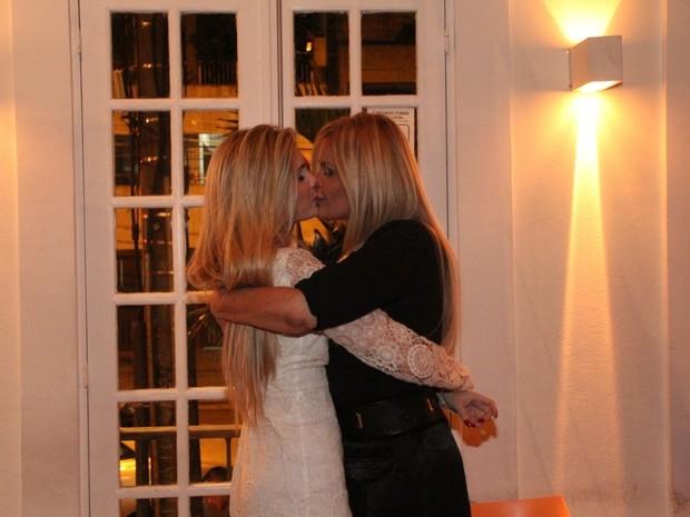 Bárbara Evans com a mãe, Monique Evans, em sua festa de aniversário em restaurante no Rio (Foto: Rodrigo dos Anjos/ Ag. News)