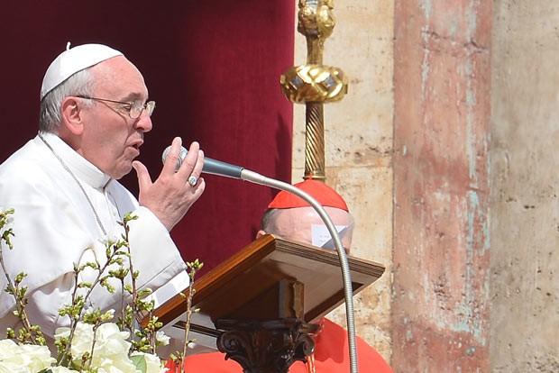 O Papa Francisco dá neste domingo (31) a bênção Urbi et Orbi aos fiéis reunidos na Praça de São Pedro, no Vaticano (Foto: AFP)