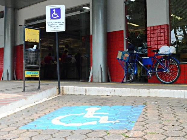 Estacionar em vagas exclusivas sem credencial gera multa, diz secretário (Foto: Fernanda Bonilha/G1)
