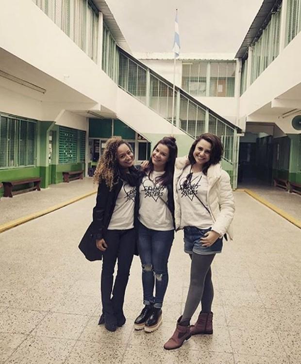 Aretha, Fernanda e Francis no pátio do colégio onde estudaram em Buenos Aires (Foto: Reprodução/Instagram)