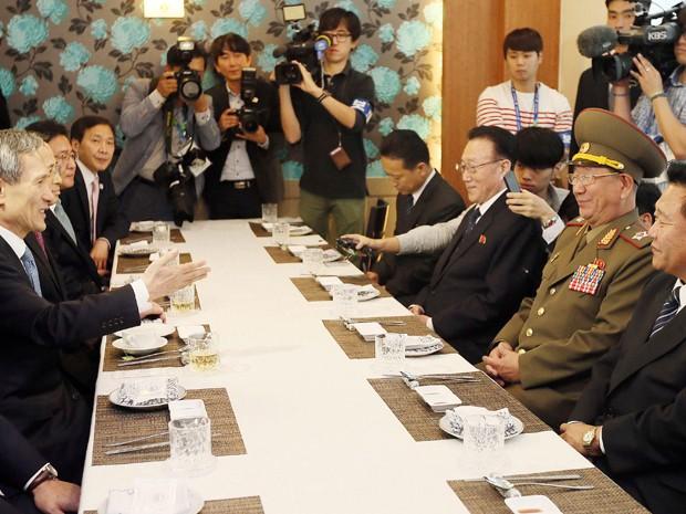As autoridades militares e do Partido que viajaram ao país vizinho foram o vice-presidente da Comissão Nacional de Defesa (NDC, na sigla em inglês), marechal Hwang Pyong-So; o presidente da Comissão Nacional do Esporte, Choe Ryong-Hae, e Kim Yang-Gon - informou o porta-voz do Ministério sul-coreano da Unificação, Lim Byeong-Cheol (Foto: Reuters)