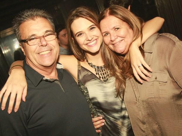 Juliana Paiva com os pais em boate na Zona Oeste do Rio (Foto: Marco Macedo/ Divulgação)