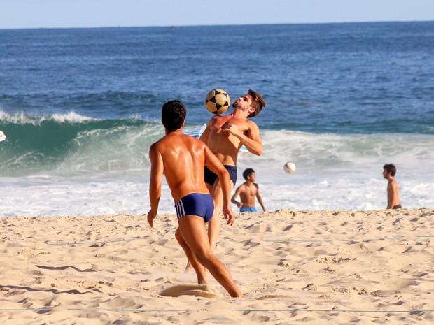 Ex-BBB Rafael joga futevôlei no Leblon, Zona Sul do Rio (Foto: Jc Pereira/AgNews)
