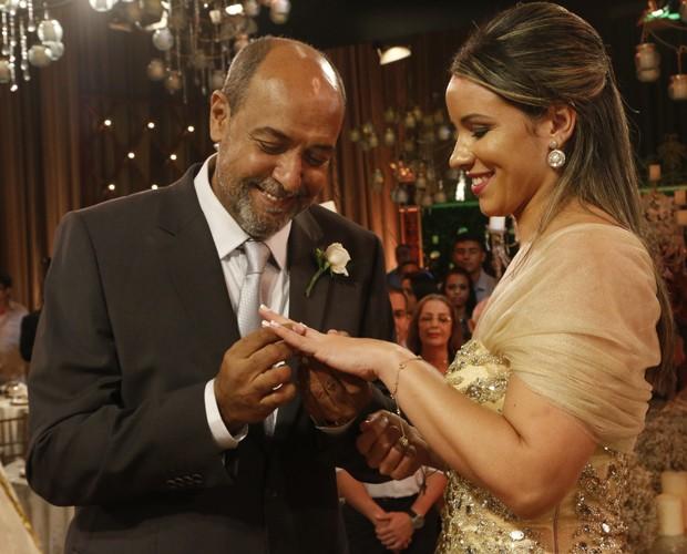 William coloca a aliança no dedo de Silvana (Foto: Freitas)