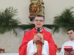 Bispo Dom Pedro Stringhini celebra missa de Domingo de Ramos, em Mogi. (Foto: Jenifer Carpani/G1)