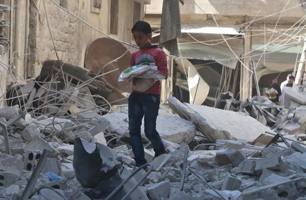 Sírios sofrem com a falta de comida e água em zonas sitiadas (Foto: Abdalrhman Ismail/Reuters)