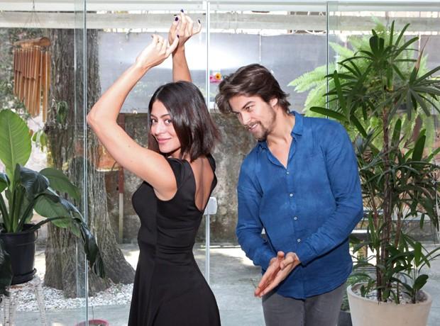 Rapha dita o ritmo e Carol mostra o rebolado (Foto: Carol Caminha / Gshow)