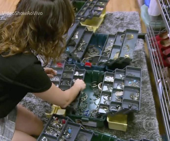 Monica mostra seus acessórios preferidos (Foto: TV Globo)