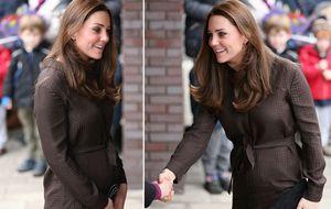 Grávida de seis meses, Kate Middleton exibe barriguinha em Londres