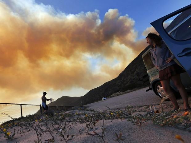 Fumaça de incêndio na Califórnia é vista a partir de uma estrada da região.  (Foto: Reuters)