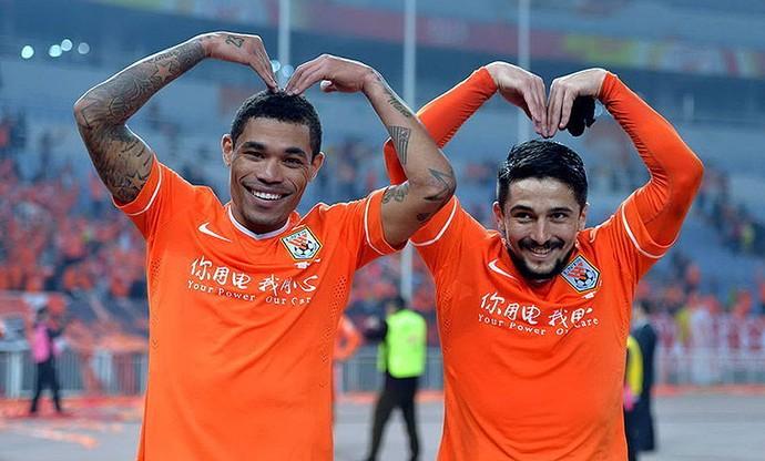 Júnior Urso e Aloísio fazem graça na vitória do Shandong Luneng (Foto: Reprodução)