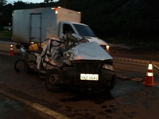 Carro bate de frente em caminhão (Foto: Edmar Tonholo / Polícia Rodoviária Federal)