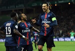 Ibra celebra gol com Lucas (Foto: PHILIPPE DESMAZES / AFP)