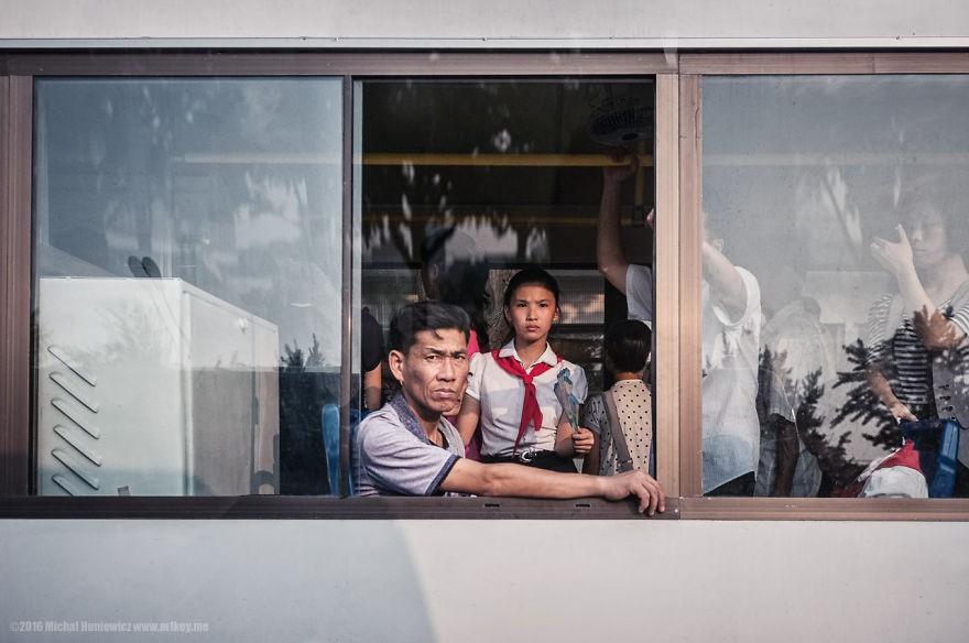Norte-coreanos indo ao trabalho (Foto: Michal Huniewicz)