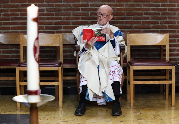 O padre Jacques Clemens lê na Igreja de St. Benoit  em Nalinnes, na Bélgica. Ele tem 105 anos e pode ser o padre em atividade regular mais velho do mundo (Foto: Yves Herman/Reuters)