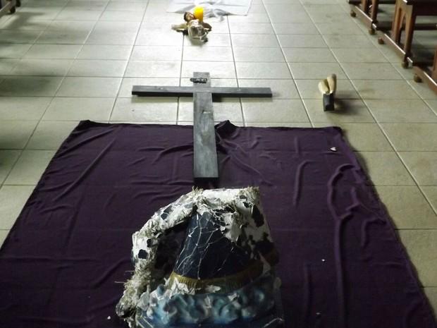 Imagens quebradas capela Mercês, MG (Foto: Ana Paula Melo/Arquivo Pessoal)