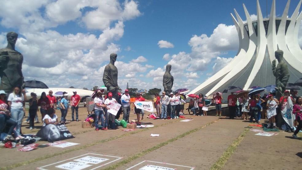 Professores do DF se acorrentam em esculturas ao redor da Catedral  (Foto: Vinícius Souza/G1)