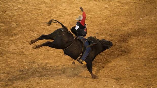 Cláudio Crisóstomo conseguiu parar nos cinco touros durante a competição (Foto: Érico Andrade)