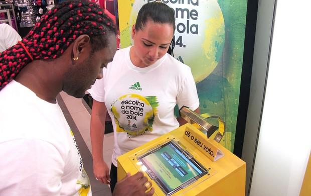 Love vota no nome da bola da Copa de 2014 (Foto: Richard Souza / Globoesporte.com)