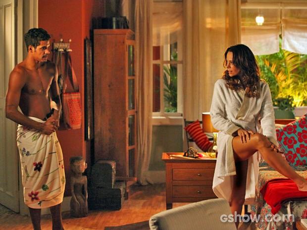 Juliana continua jogo de sedução com Jairo e pai de Bia não resiste (Foto: Carol Caminha/ TV Globo)