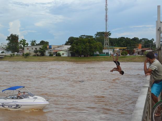 Brincadeiras no Rio Acre durante enchente (Foto: Duaine Rodrigues / G1)