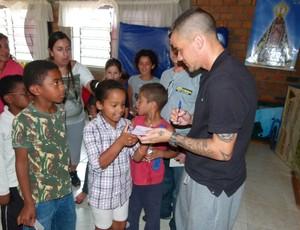 D'Alessandro conhece projeto social de Dunga (Foto: TXT / Divulgação)