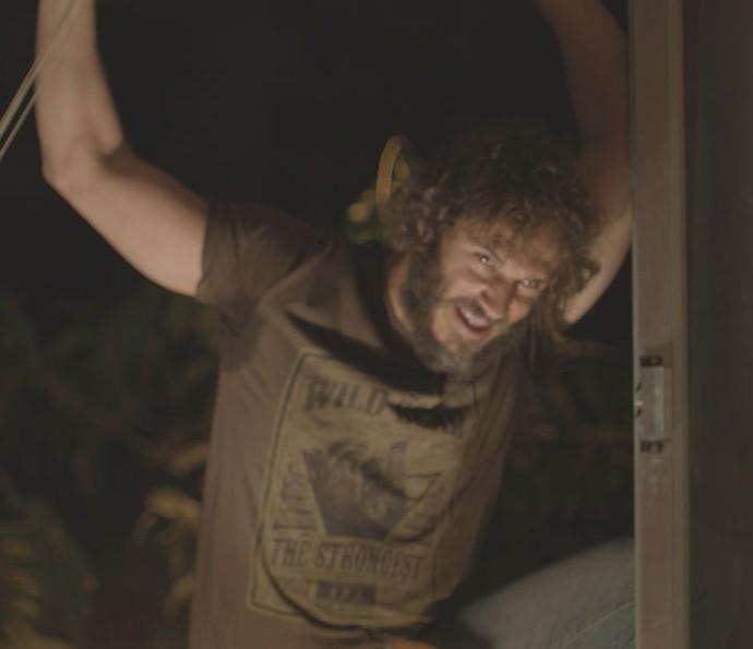 Dino ataca Eliza após festa de despedida da modelo (Foto: TV Globo)