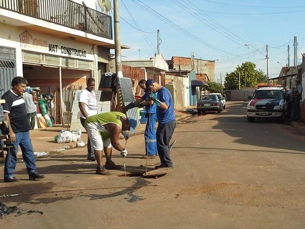 Equipe do Daerp trabalha no Jardim Progresso escoltada pela PM (Foto: Márcia Rosseto/Prefeitura de Ribeirão Preto)