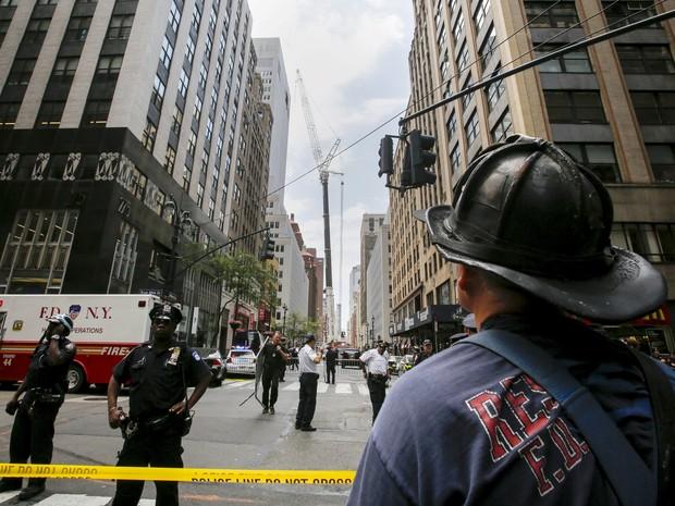 Policiais e bombeiros foram chamados após a queda do guindades na Madison Avenue (Foto: Reuters/Eduardo Munoz)
