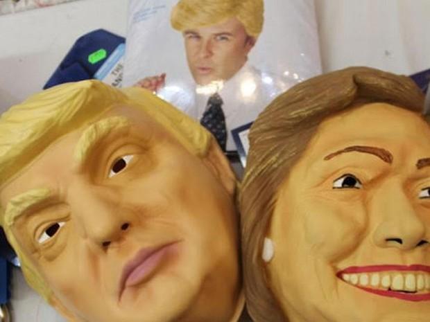 Máscara de Trump e Hillar a venda em Chicago; ao fundo, peruca do republicano (Foto: DW/M. Santos)