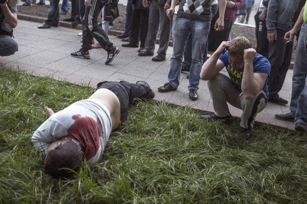 Corpo de um manifestante pró-Rússia morto pela guarda nacional ucraniana na cidade de Krasnoarmeisk, leste da Ucrânia.  (Foto: Manu Brabo/Associated Press)