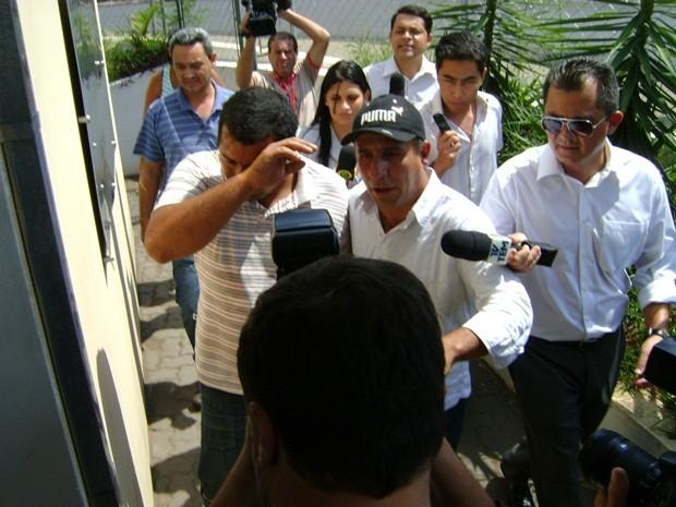 Na chegada à delegacia, o pai do menino não quis falar com a imprensa.  (Foto: Alan Schneider/G1)