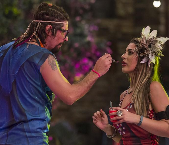 Ilmar dá comidinha na boca para Vivian! (Foto: Artur Meninea/Gshow)
