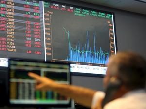 Operador acompanha ações da Bovespa, em São Paulo, nesta quinta-feira (7) (Foto: REUTERS/Paulo Whitaker)