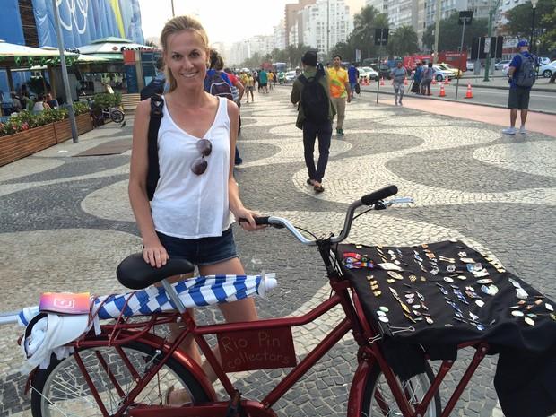 Americana Cori Snelson levou os pins do tio para Copacabana (Foto: Flávia Montavani/G1)