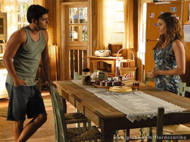 Doralice tenta convencer Juliano a desistir de casamento (Foto: Flor do Caribe / TV Globo)