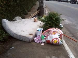 Colchão e sacos de lixos ficam jogados em estrada do Sacomã, na Zona Sul de SP (Foto: Luis Antonio Teixeira Cardoso/VC no G1)