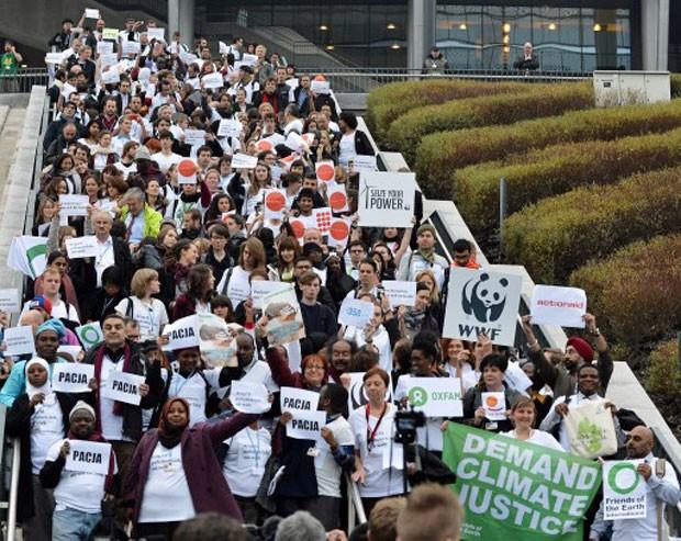 Integrantes de diversas ONGs presentes na COP 19, em Varsóvia, deixam o Estádio Nacional, sede da conferência da ONU (Foto: Janek Skarzynski/AFP)