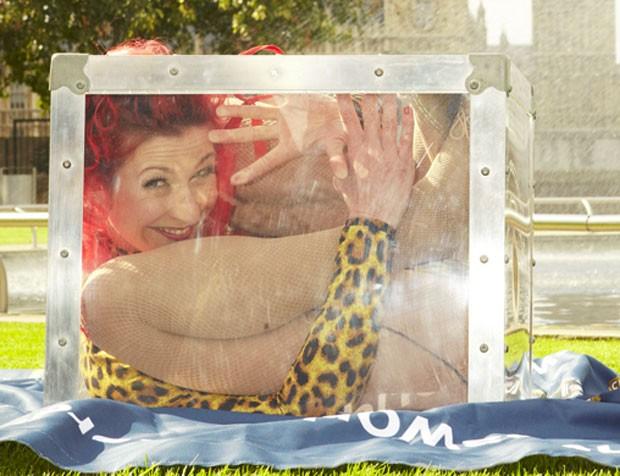 A neozelandesa Skye Broberg aparece no Guinness graças à elasticidade extrema. Ela conseguiu entrar dentro de uma caixa de 52 cm de altura, 45 cm de largura e 45 cm de comprimento em apenas 4s78 durante evento realizado em Londres, na Inglaterra, em 15 de (Foto: Reprodução/Guinness)