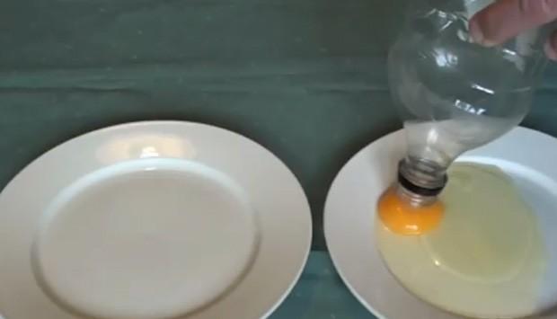 Em vídeo, homem usa garrafa para 'sugar a gema'... (Foto: Reprodução)