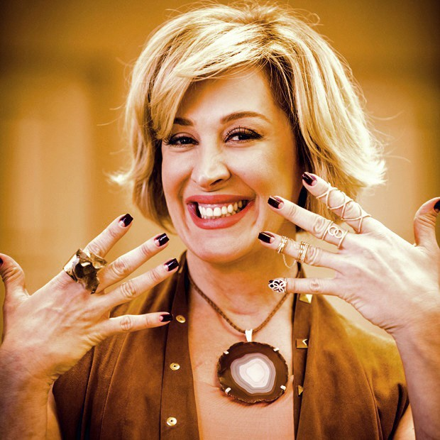 Claudia Raia exibe as unhas e os aneis de Samantha  (Foto: João Miguel Júnior / TV Globo)