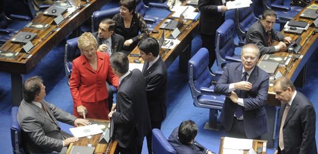 """Senadores cercam Marta Suplicy, que assume nesta quinta o Ministério da Cultura; ela admitiu que a votação rápida da PEC """"não é normal na Casa"""" (Foto: Moreira Mariz/Agência Senado)"""
