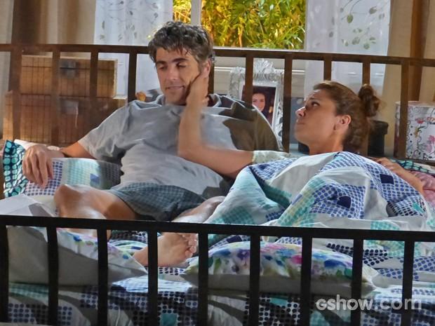 Clara nega fogo ao maridão na hora de romance (Foto: Em Família/ TV Globo)