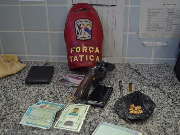 Policiais apreenderam drogas, revólver e munições com o foragido (Foto: Marcelo Marques G1 RR)