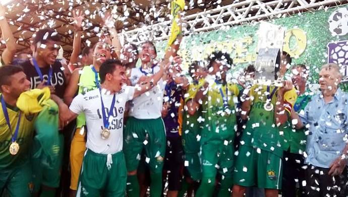 Cuiabá comemora título de campeão estadual 2014 (Foto: Robson Boamorte)