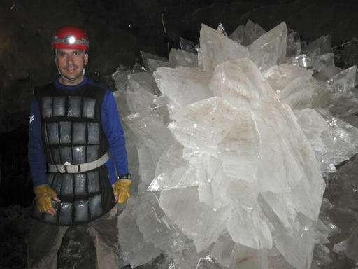 """Os micróbios foram encontrados presos nos cristais da caverna da mina Naica, um lugar conhecido como """"Terra das Fadas"""", por sua beleza, e """"inferno"""", por conta do calor (Foto: Mike Spilde via AP)"""