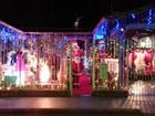 Casa com enfeites de Natal chama atenção de moradores em Ipatinga