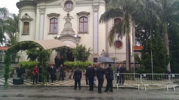 Seguranças na porta da Igreja no Casamento do Thiaguinho e Fernanda Souza (Foto: Ego)
